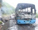 Xe khách cháy rụi, hơn 40 công nhân thoát nạn