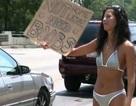 Mặc bikini đi ăn xin để kiếm tiền… bơm ngực