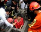 Cô gái mắc kẹt dưới cống vì cố nhặt điện thoại bị đánh rơi