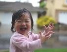 """Video bé 1 tuổi nghịch dưới mưa """"gây sốt"""" trên Internet"""