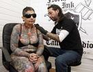 Người phụ nữ mù xăm toàn bộ cơ thể trong 416 giờ