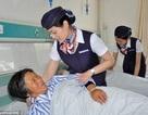 Y tá mặc đồng phục tiếp viên hàng không để chăm sóc bệnh nhân