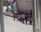 Trung Quốc: Học sinh bị cô giáo phạt quỳ giữa trưa nắng