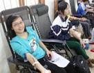 Sinh viên đội mưa đi hiến máu tình nguyện