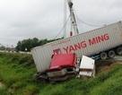 """Giải cứu xe container """"cắn đuôi"""" xe tải, lao xuống ruộng"""