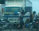 Ba côn đồ chặn đánh dã man tài xế xe tải