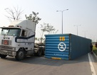 Thùng container lật nhào trên đại lộ