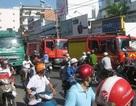 Hàng chục lính cứu hỏa ứng cứu xe tải bốc khói
