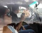 Vi phạm giao thông, người nước ngoài cố thủ trong xe, quay phim cảnh sát