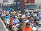 """Hàng ngàn người """"đội nắng"""" trên cầu Sài Gòn vì kẹt xe"""