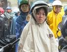 Phụ huynh đội mưa chờ con thi vào lớp 10