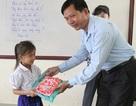 Tặng quà học sinh Việt kiều tại Campuchia