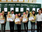 Giáo viên làng Vân nhận quà Tết của Quỹ Khuyến học VN