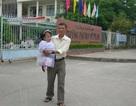 Người cha 15 năm cõng con gái tật nguyền đến trường