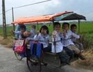 Hai lúa đạp xích lô miễn phí đưa trẻ đến trường
