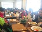 Học trò được đi ăn tiệc buffet để học hỏi văn hóa giao tiếp