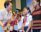 Phó Chủ tịch nước trao học bổng cho học sinh nghèo