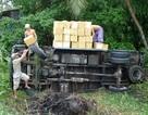 Xe tải lật xuống ao, 2 tấn sách giáo khoa bị ướt