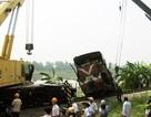 Hà Nội: Tàu hỏa đâm văng xe ben xuống ruộng