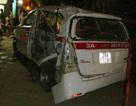 Hà Nội: Tàu hỏa đâm taxi, hai người nguy kịch