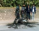 Hà Nội: Xe máy cháy rụi dưới chân cầu Thăng Long