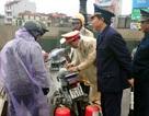Hà Nội: Xe máy bốc cháy dưới trời mưa