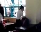 Xôn xao clip nữ sinh cấp 2 bị bạn đánh hội đồng, ném ghế vào người