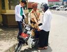 Hà Nội: Hai cha con sĩ tử bị tai nạn, CSGT giúp đưa đến điểm thi