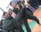 Xem sinh viên cảnh sát cơ động dạy võ, gấp chăn
