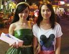 Gặp cô gái xinh xắn mặc váy lá dừa giữa Sài Gòn