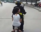 Sốt clip cảnh sát đạp xe chở nữ sinh phạm luật