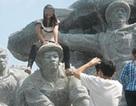 Phẫn nộ cảnh nữ sinh ngồi lên đầu tượng đài