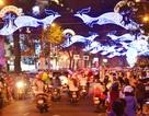 Đường phố Sài Gòn rực sáng chờ đón năm mới