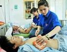 Sinh viên tình nguyện chăm sóc công nhân Trung Quốc
