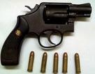 Bắt 2 đối tượng mua bán trái phép súng quân dụng