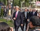 Ngoại trưởng Mỹ Kerry tản bộ giữa Sài Gòn