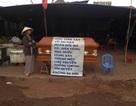 Hàng trăm tiểu thương dựng quan tài phản đối di dời chợ