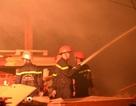 Hơn 100 lính cứu hỏa chữa cháy xuyên đêm tại công ty gỗ