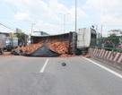 Vội tránh xe máy, xe tải chở gạch lật nghiêng giữa đường