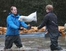 Hai hoàng tử Anh lội nước giúp dân chống lụt lịch sử
