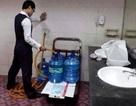 Lấy nước trong nhà vệ sinh sân bay cho vào bình nước uống: Chỉ để lau rửa?