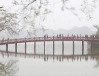 Hồ Gươm mờ ảo trong sương mù trắng xóa