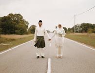 Xe hỏng dọc đường, cặp đôi có ngay bộ ảnh cưới ngẫu hứng được dân mạng tán dương hết lời
