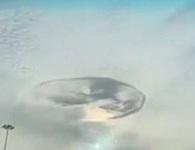 """Video: """"Xoáy nước"""" bí ẩn trên bầu trời khiến người dân kinh ngạc"""