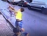 Đứng tim khoảnh khắc em bé rơi từ cửa sổ tầng 2 xuống thoát chết nhờ được đỡ