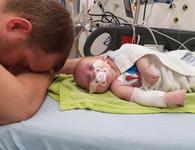 Bác sĩ cứu tính mạng em bé bằng cách ngâm đầu vào thùng nước đá