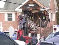 """Xe ô tô bất ngờ """"hạ cánh"""" xuống tầng 2 tòa nhà"""