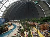 Công viên nước khổng lồ nằm gọn trong... nhà chứa máy bay