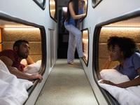 """Trải nghiệm xe bus giường nằm như """"khách sạn mini di động"""" của Mỹ"""