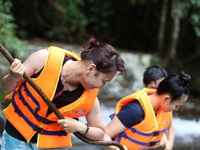 Nghẹt thở chinh phục thác 7 tầng ở Lâm Đồng